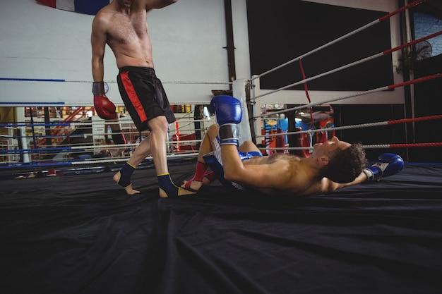 Pugilistas lutando no ringue de boxe