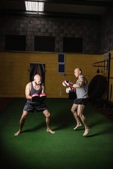 Pugilistas praticando boxe no estúdio de fitness
