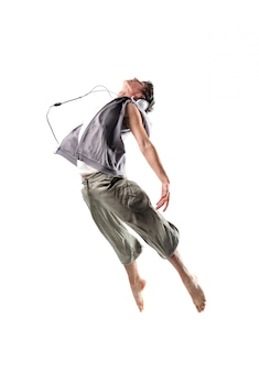 Pulando alto dançando