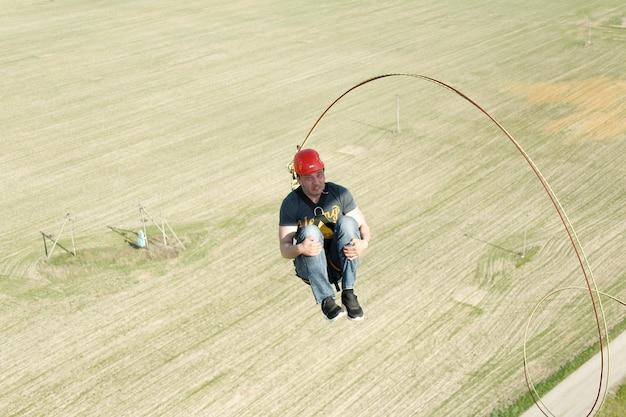 Pulando com um ropeflight para baixo no ropeengage em rope jumping dangero