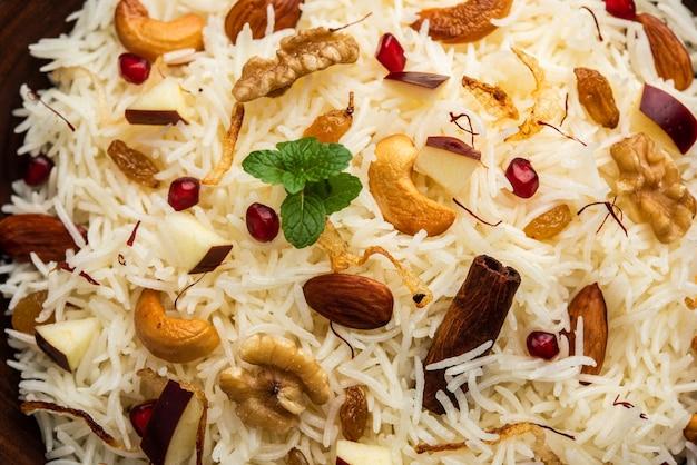 Pulao da caxemira feito de arroz basmati cozido com especiarias e aromatizado com açafrão e frutas secas