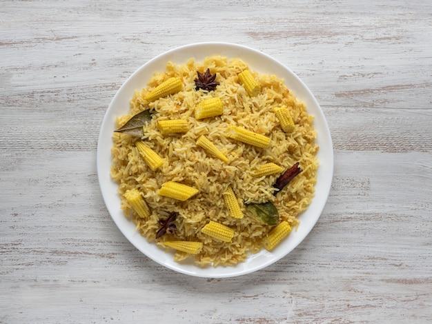 Pulao de milho bebê. biryani vegetariano, comida indiana