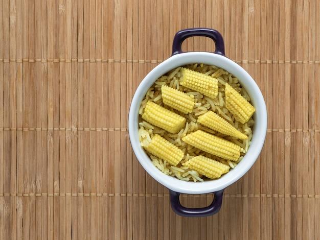 Pulao do milho de bebê em uma tabela de madeira. biryani vegetariano, comida indiana
