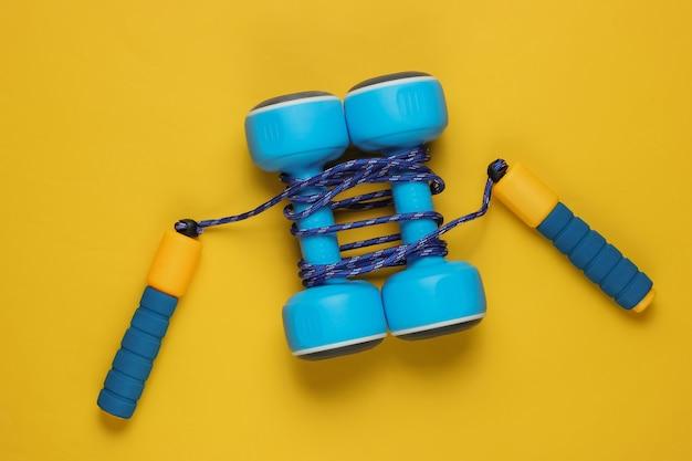 Pular corda enrolada em halteres em amarelo