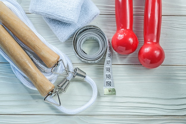 Pular corda sweatbands fita vermelha halteres fita métrica no conceito de aptidão de tábua de madeira