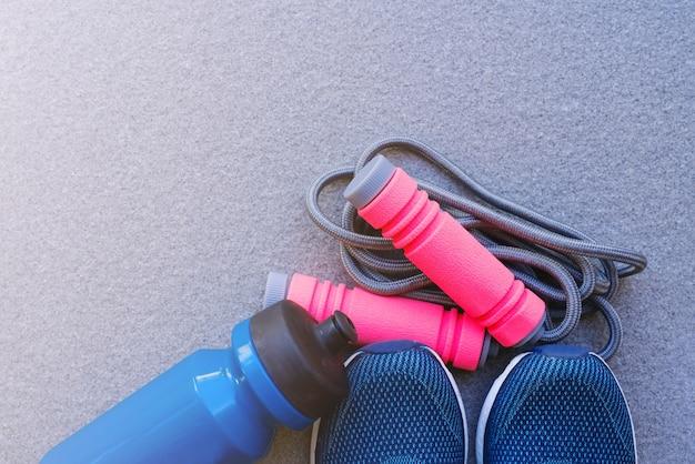 Pular corda, tênis e garrafa de bebida no chão