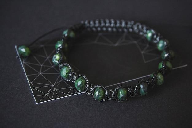 Pulseira com jade em fundo preto.