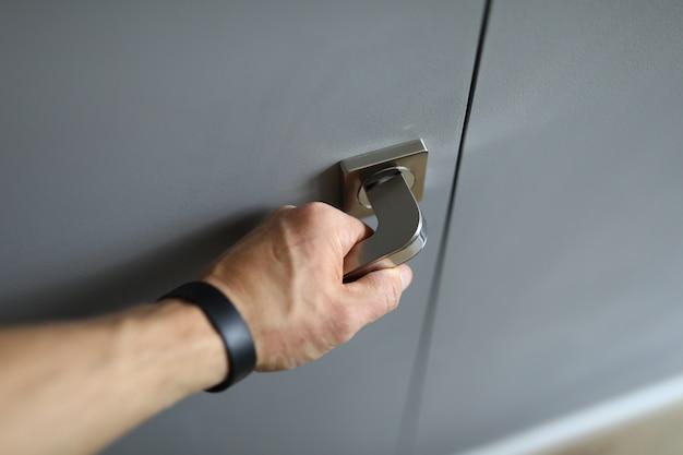 Pulseira de fitness mão masculina abre a porta do punho de metal