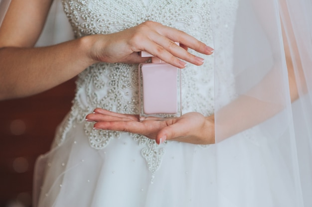 Pulseira de joalheiro na mão da noiva
