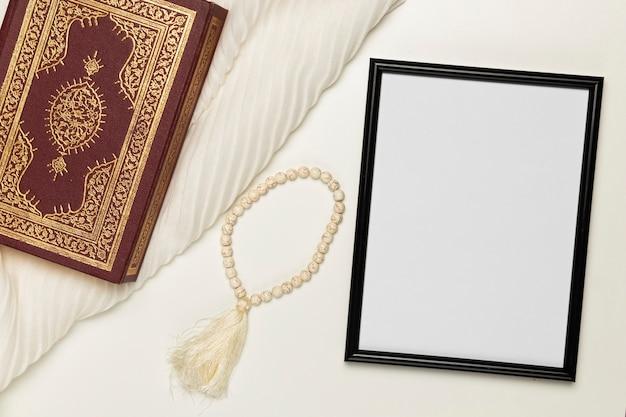 Pulseira e livro religioso de alto ângulo