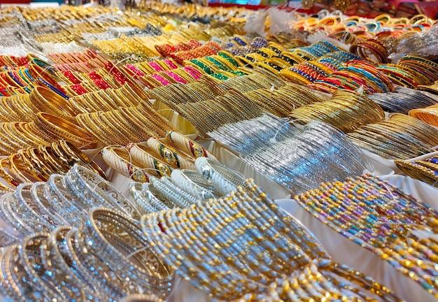 Pulseiras coloridas de uma loja em bangladesh plano de fundo de pulseiras coloridas cheias de purpurina