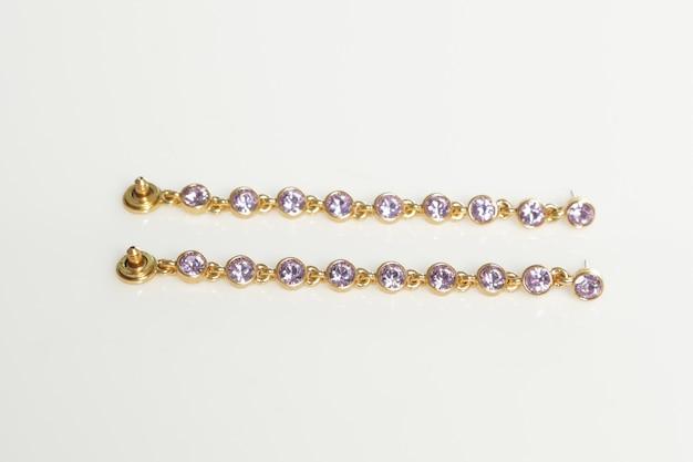 Pulseiras de joias em fundo branco isoladas