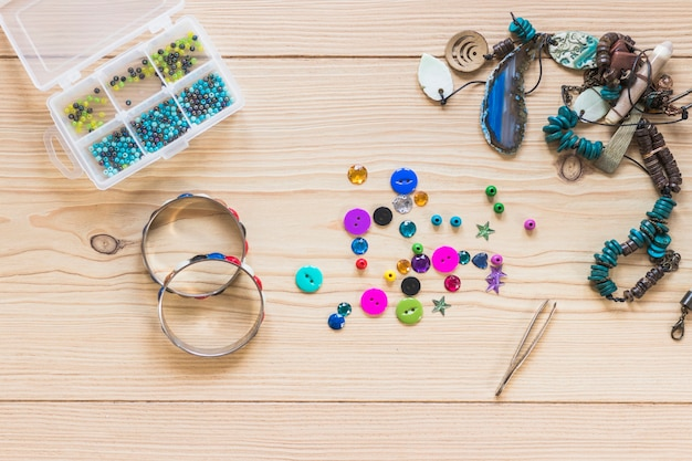 Pulseiras decorativas feitas à mão e jóias na mesa de madeira