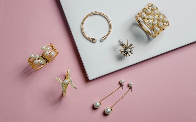 Pulseiras e brincos de ouro com pérolas