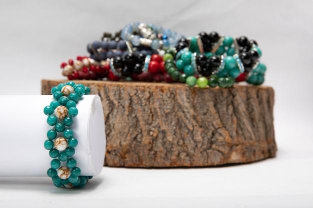 Pulseiras feitas à mão em pedras naturais.
