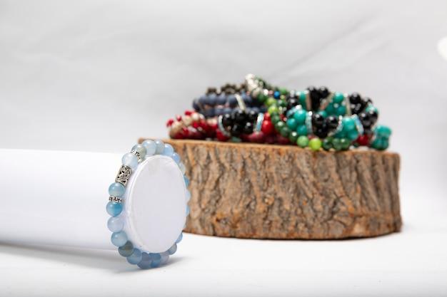 Pulseiras feitas de pérolas e pedras coloridas