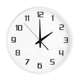Pulso de disparo redondo branco do escritório que mostra duas horas isolado no branco. relógio branco em branco, mostrando o horário das 14:00 ou 02:00