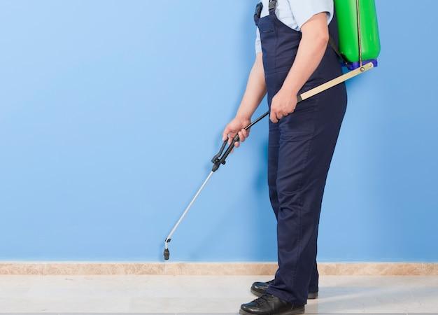 Pulverização de insetos para controle de pragas dentro de casa
