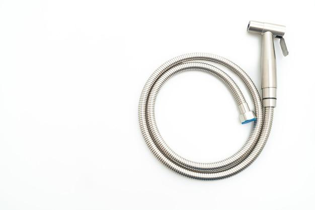 Pulverizador de bidê portátil isolado em superfície branca