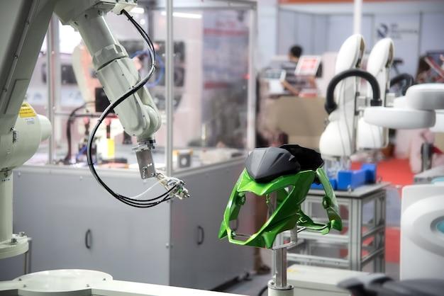 Pulverizador de pintura de braço robótico para a parte automotiva.