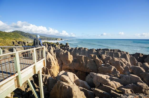 Punakaki pancake rocks no parque nacional de paparoa, costa oeste, ilha do sul, nova zelândia. lindas paisagens naturais