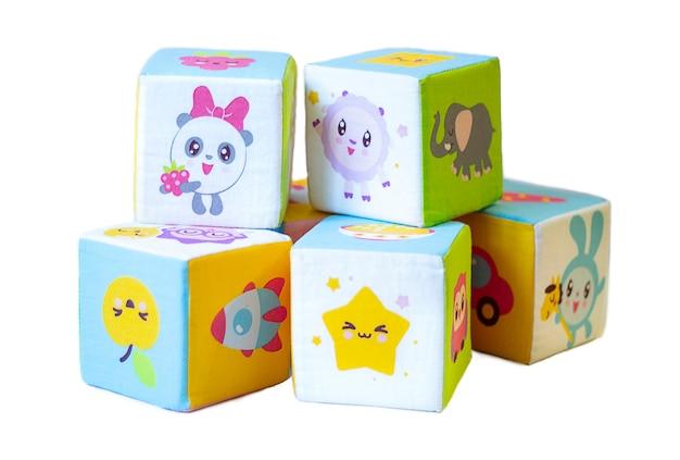Punhado de blocos de brinquedo em fundo branco. um pequeno punhado de blocos de brinquedos infantis em um fundo branco. cubos coloridos infantis em um fundo branco, brinquedos infantis, jogos educativos.