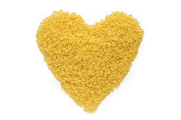 Punhado de macarrão seco (anellini) em forma de coração