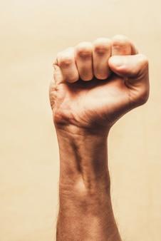 Punho de protesto de revolta erguido no ar. punho cerrado