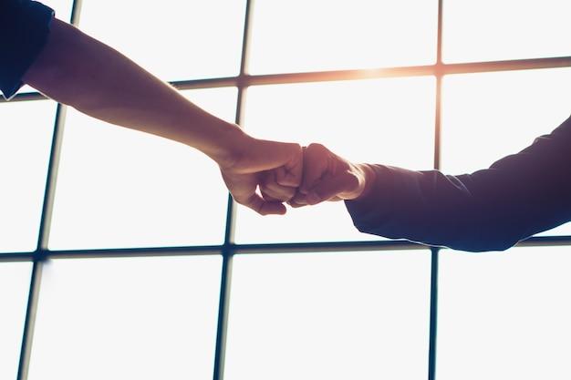 Punho do empresário é um compromisso - sucesso.