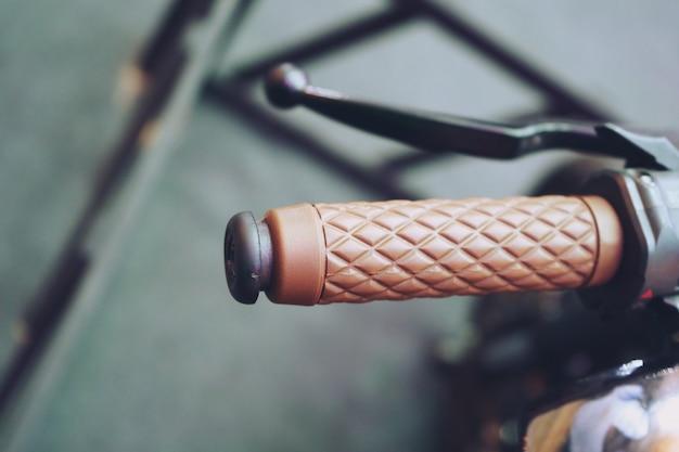 Punho do guiador da motocicleta marrom