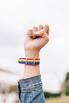 Punho erguido com pulseira de arco-íris lgtb