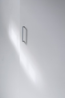 Punho metálico de tiro completo no armário