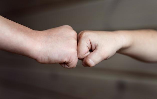 Punhos de duas crianças. duas crianças se tocam com os punhos.