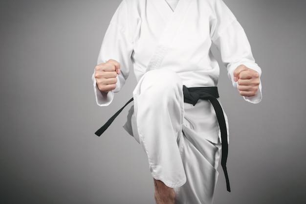 Punhos masculinos caucasianos. fazendo karatê. artes marciais