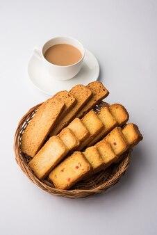 Punjabi indiano ou pão delhi ou torrada com sabor tutti fruitti, servido com chá quente indiano, textura de foco seletivo