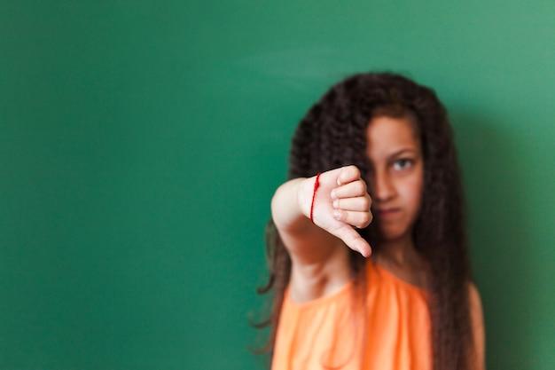 Pupila mostrando o polegar para baixo