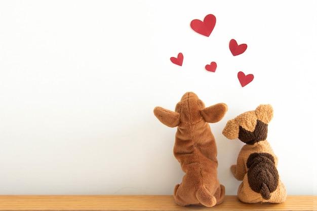 Puppys bonitos com balões de coração vermelho