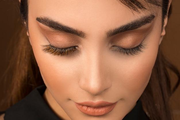 Pura maquiagem dos olhos com sombra marrom