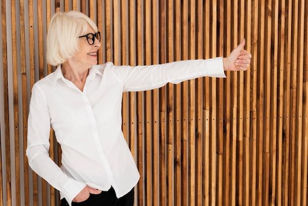 Pura mulher velha com óculos