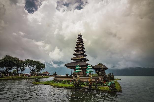 Pura ulun danu bratan, templo hindu rodeado por flores no lago bratan em bali.