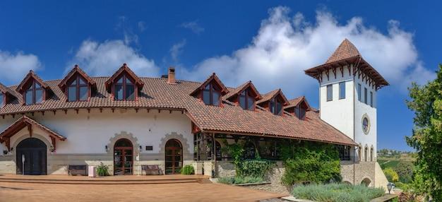 Purcari, moldova 04.10.2021. adega moderna chateau purcari na vila de purcari, moldávia, em um dia ensolarado de outono