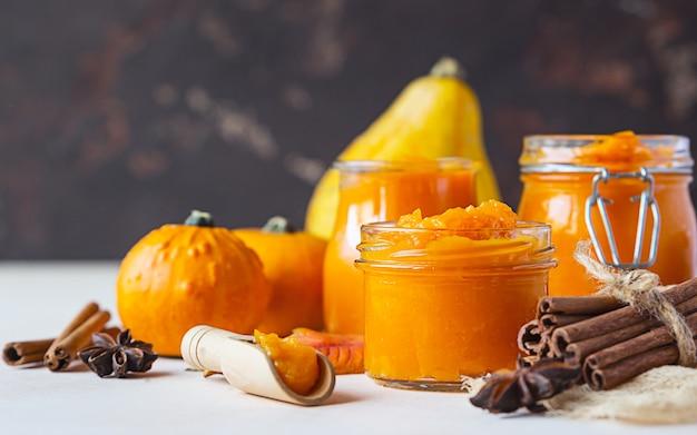 Purê de abóbora orgânica enlatada, canela e anis. ingrediente para receitas de ação de graças, outono ou inverno.