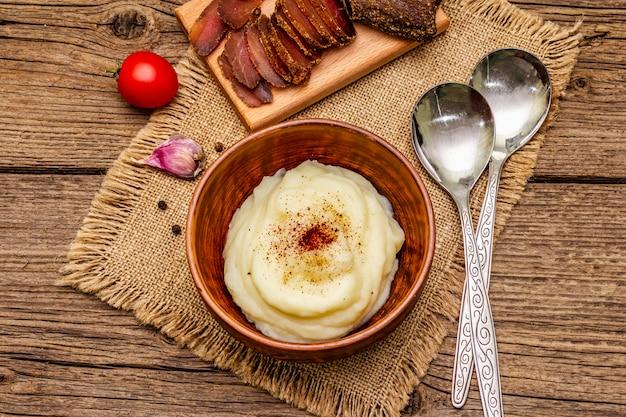 Purê de alho caseiro de ação de graças com tomates frescos e pastrami. guardanapo de pano de saco