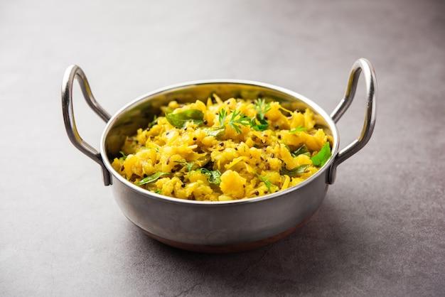 Purê de batata com curry picante conhecido como aloo ka bharta ou chokha ou sabzi, popular no norte da índia. servido em uma tigela