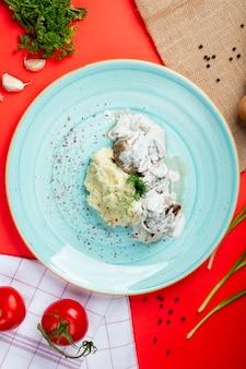 Purê de batatas com cogumelos em creme de leite