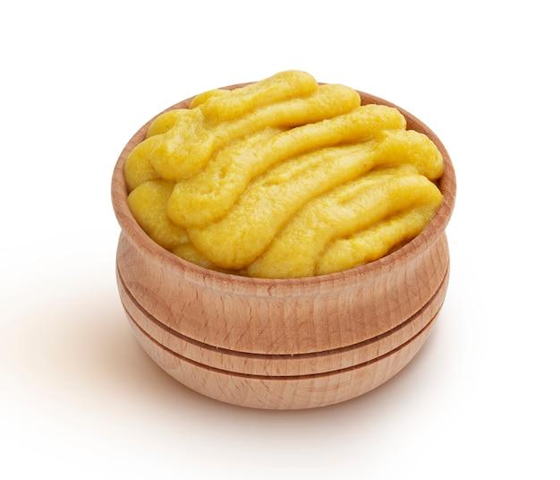 Purê de batatas na tigela de madeira, isolado no branco