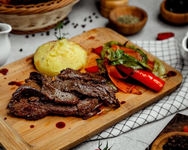 Purê de carne e batata frita com legumes