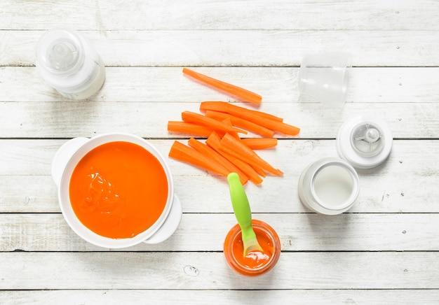 Purê de cenoura com leite em uma garrafa.