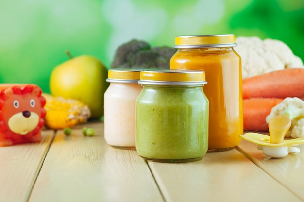 Purê de frutas e vegetais naturais para o bebê