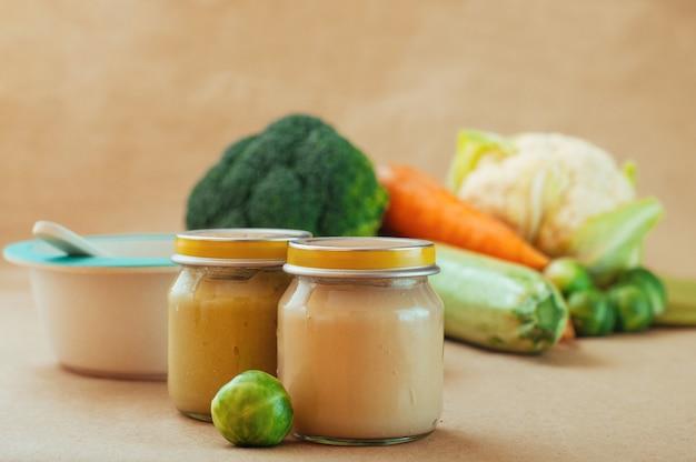 Purê de legumes comida de bebê na mesa